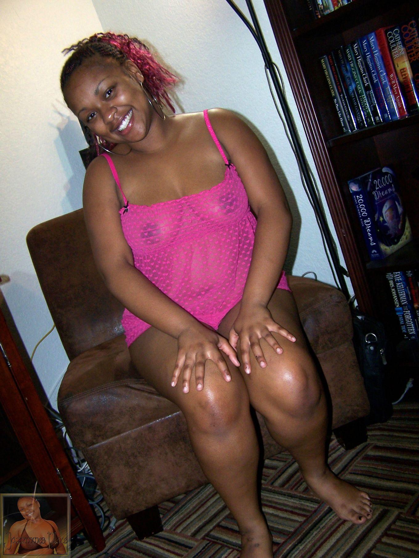 Жирная негритянка в розовой ночной рубашке
