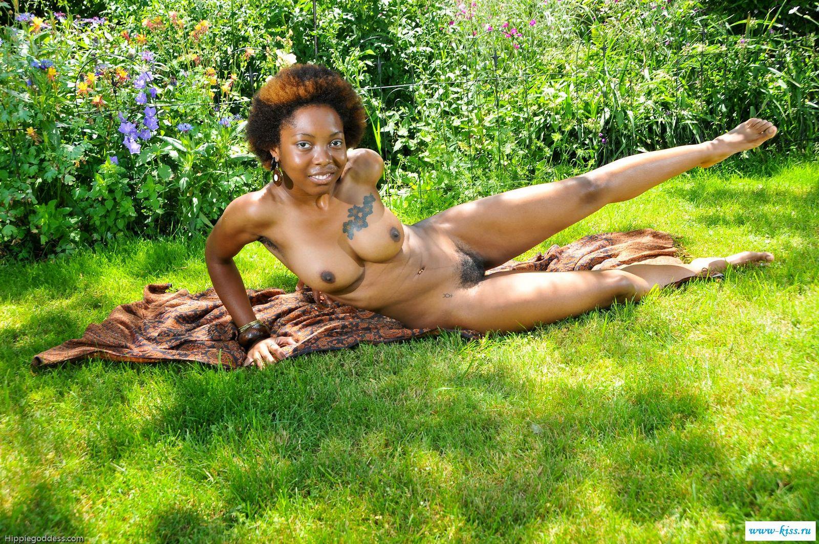 Голая негритянка резвится на поляне