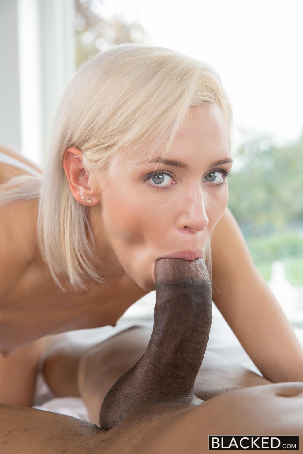 Крутая блонди давно мечтала о хорошем сексе с нигером, поэтому накидывается на него