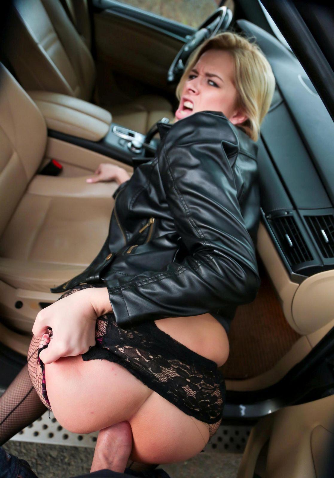 Ебет супругу  в попу прямо в авто
