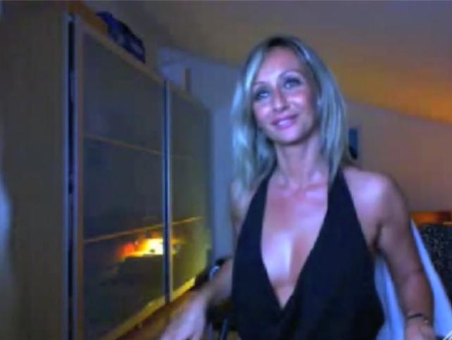 Прекрасная опытная модель со свелыми волосами оголяет свою выразительную попу по вебкамере