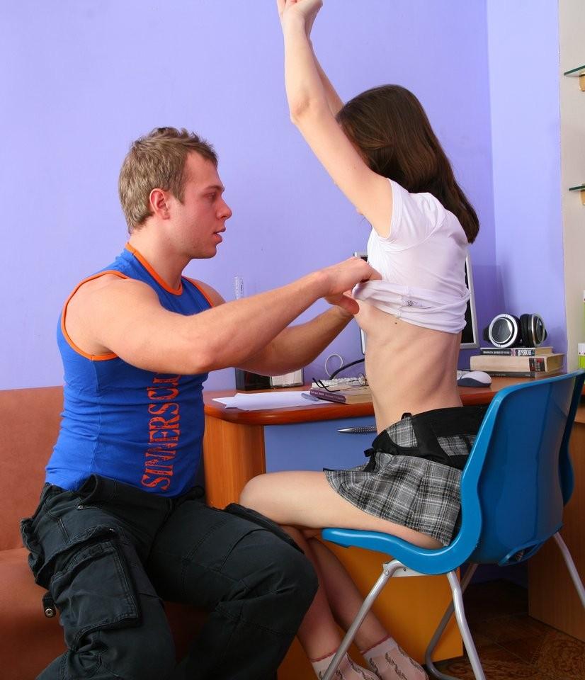 Совершеннолетнюю русскую няшку парнишка отимел прямо в её кабинете