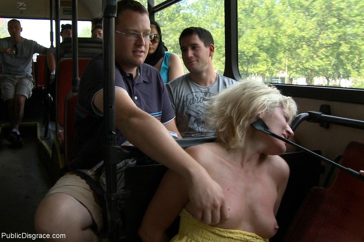 Голую светловолосую порют все пассажиры автобуса, которые хотят слить свою сперму на незнакомку