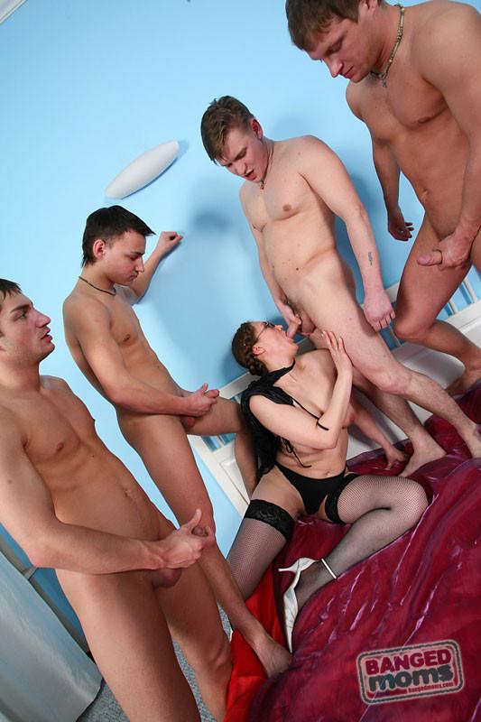 Секс пожилой тётки с четырьмя молодыми пареньками