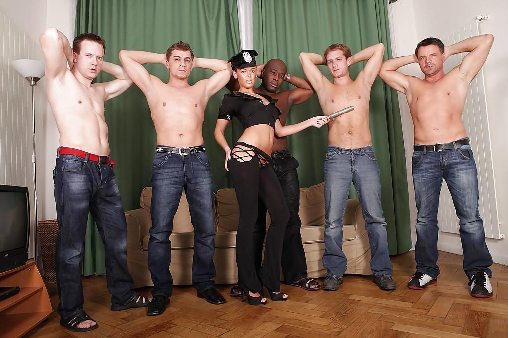 Няшка доминирует в групповом сексе