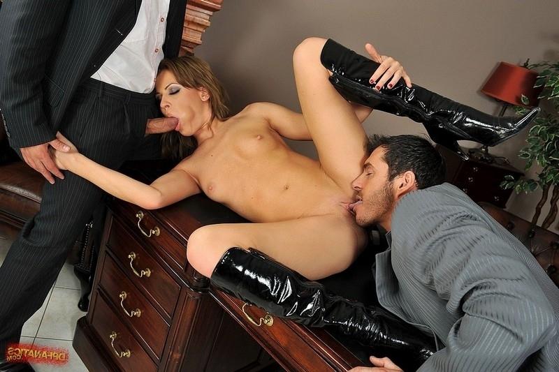 Секс в офисе с фигуристой работницей