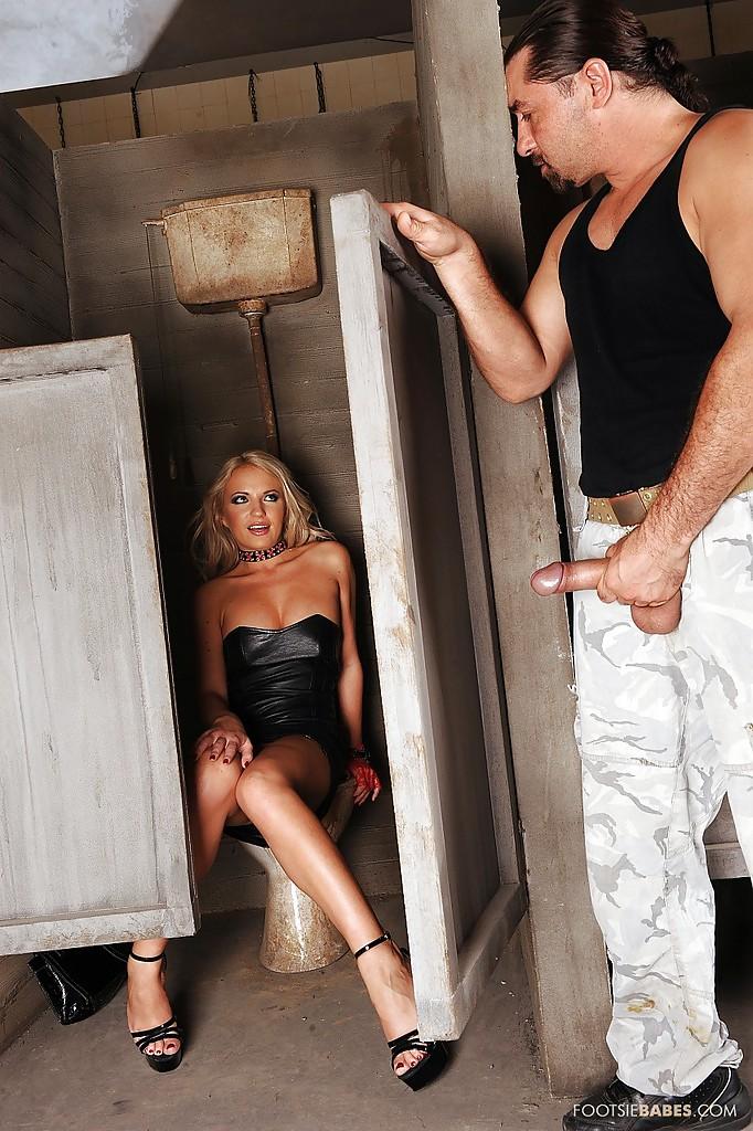 Эффектная светлая порноактриса подрочила ножками болт незнакомца в грязном туалете