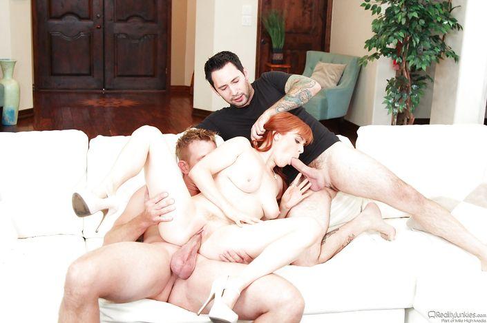 Страстная рыжая сука Penny Pax дает трахать в попу и киску одновременно двоим мужикам