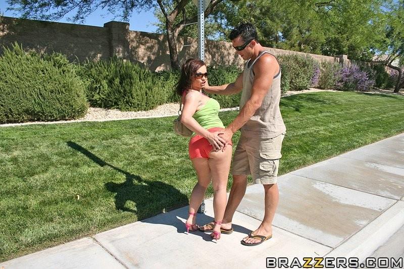 Взрослая мамочка с большой жопой занимается сексом в попку у бассейна