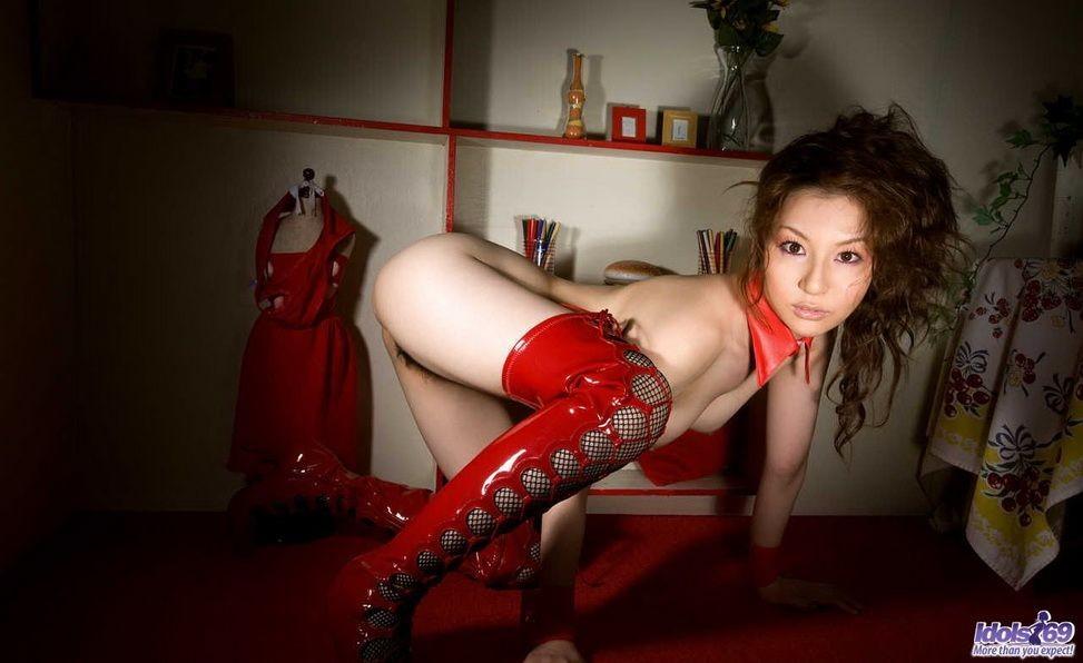 Тацуми Юи в латексе и на высоких каблуках оголяет мягкие изгибы своего шикарного тела и пушистую пизду
