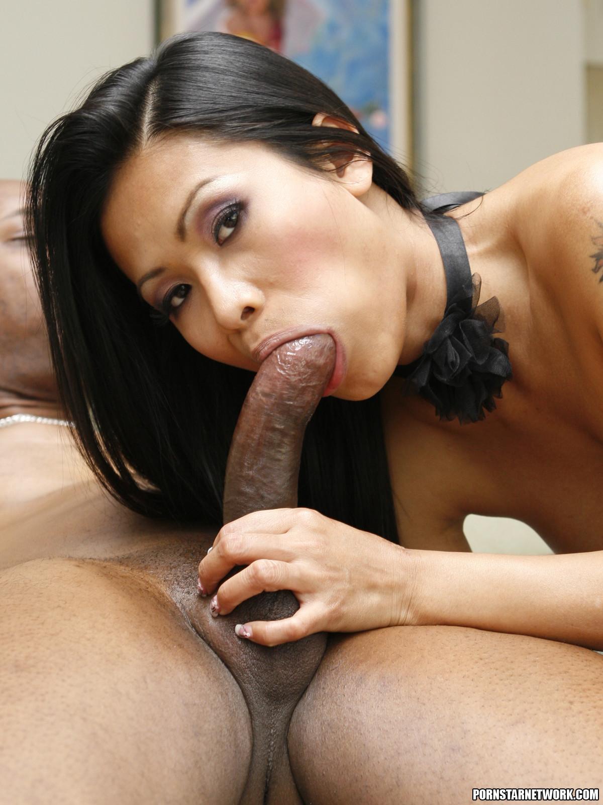 Азиатская мамаша с силиконовыми буферами ебется с негром