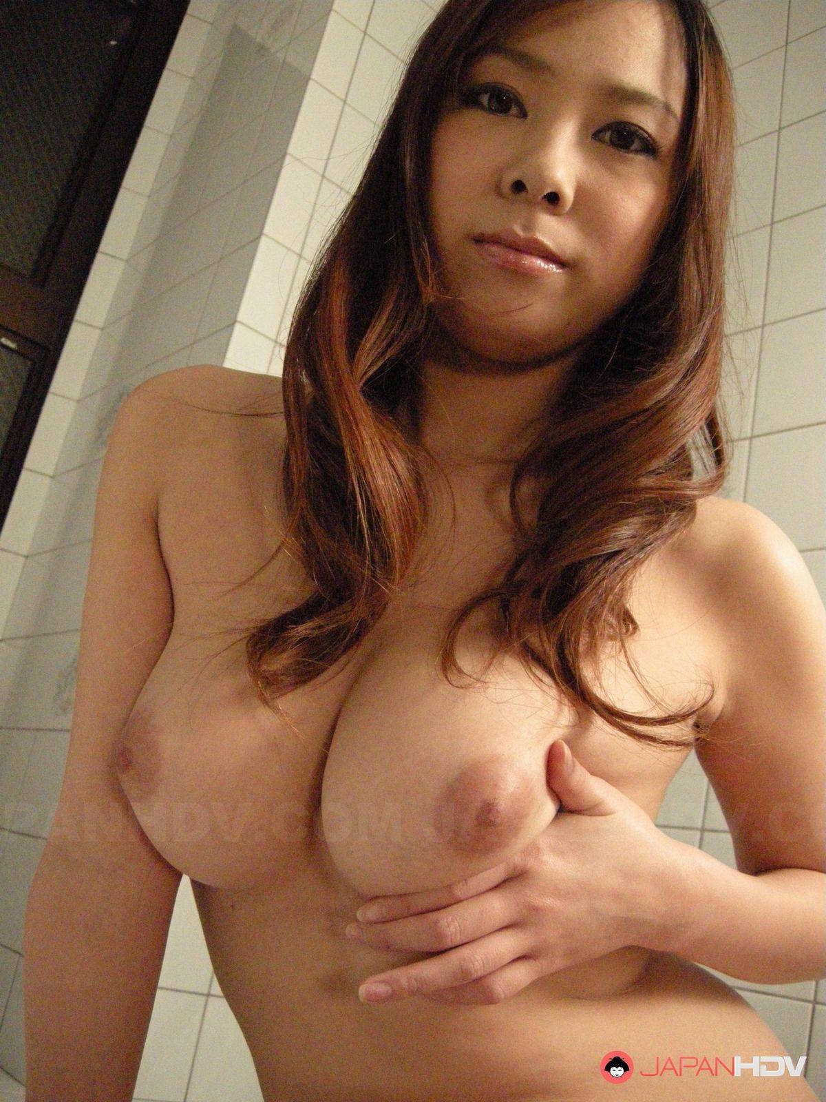 Как мастурбировать в помывочной, прекрасно знает эта изумительная японочка с волосатой пиздой