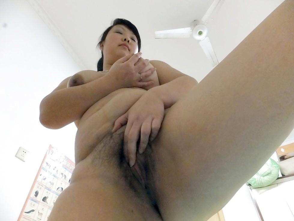 Упитанная азиатка светит пизду для порно журнала