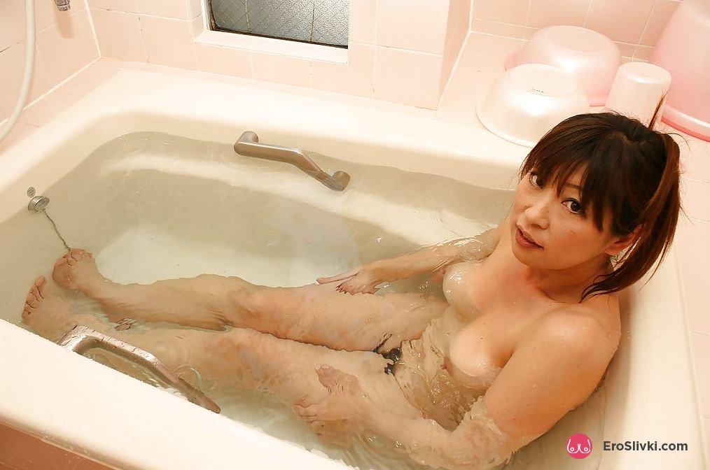 Возрастная азиатка снимается обнаженной и принимает похотливо ванную