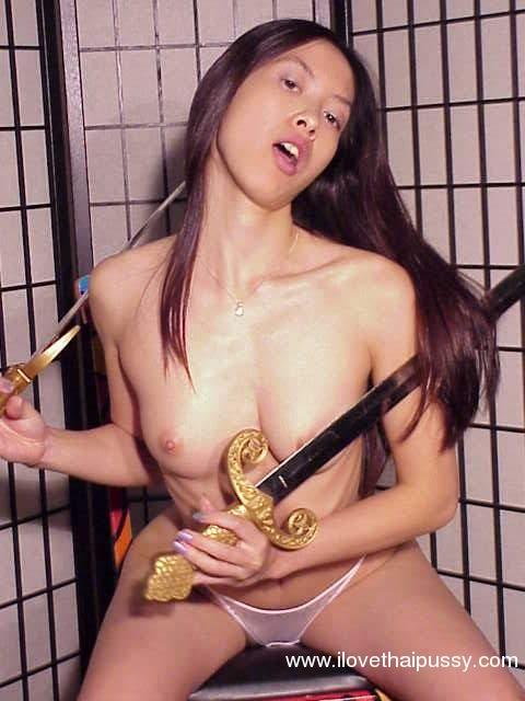 Худощавая азиатка делает селфи с разными игрушками