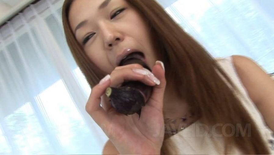 Серина Хайакава тренируется сосать на банане, а потом присасывается к члену