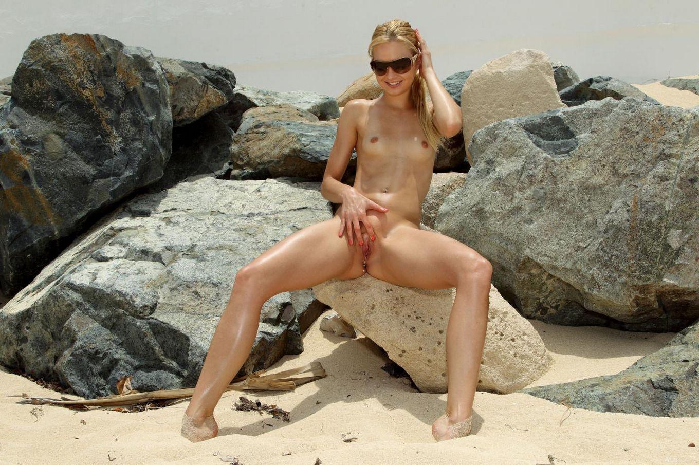 Негодная модель со свелыми волосами Franziska Facella снимает бикини и писает на песчаный пляж