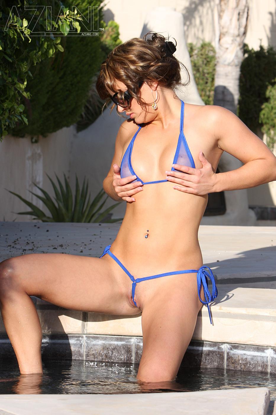 Красавица с гладкой вагиной Bella Rossi с миниатюрными титьками снимает полупрозрачное голубое мини-бикини