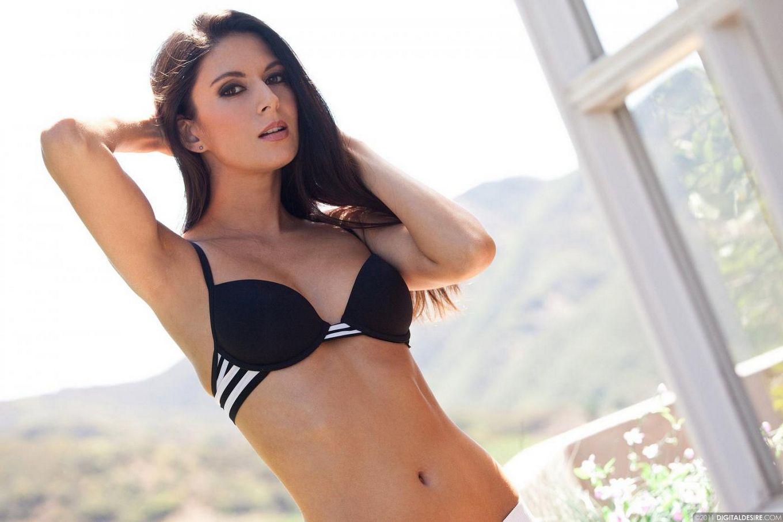 Брюнеточка Nikki Daniels снимает бикини и устраивает возбуждающее позирование в безлюдном месте