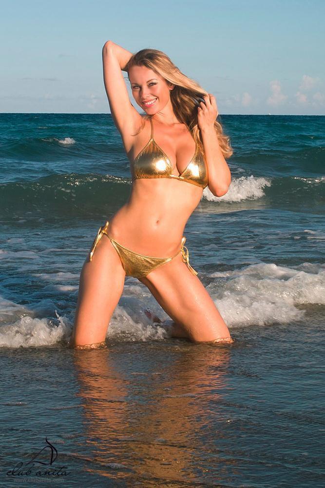 Роскошная мадам с похотливым торсом в бикини Anita Dark красуется на морском пляже