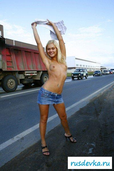 Прогулка блондиночки без нижнего белья