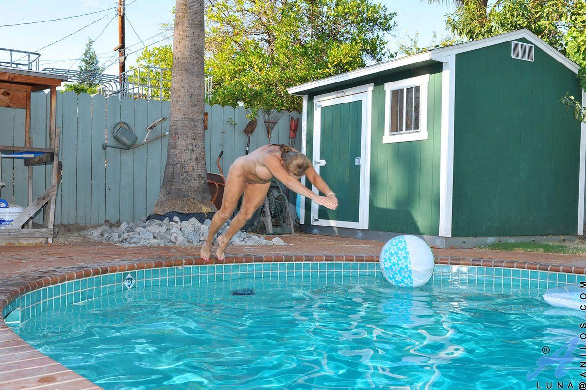 Распутная блондинка Luna Azul стягивает сексуальное белье и фотографируется в бассейне
