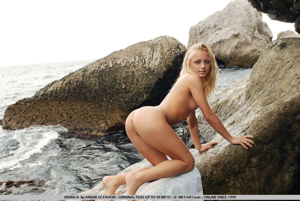 Блондинка-подросток с ангельским личиком Gerra A стаскивает трусики и обнажает выбритую пилотку на песке