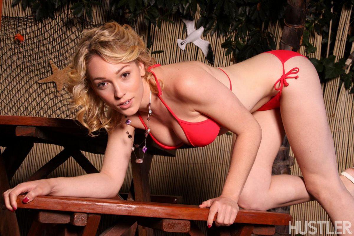 Пышногрудая блондинка Lily Labeau стягивает красное бикини