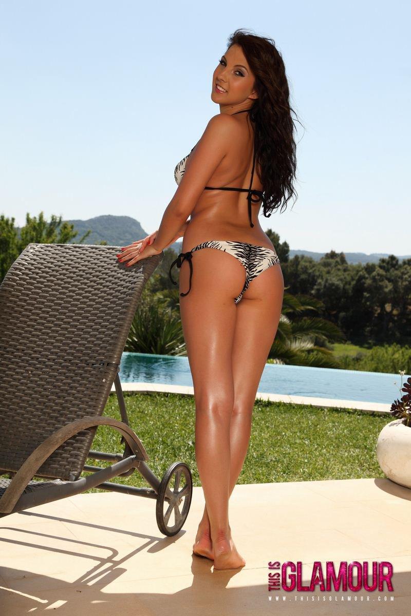 Негодная шатенка Amber Eaglen предпочитает снять бикини и загорать без бикини
