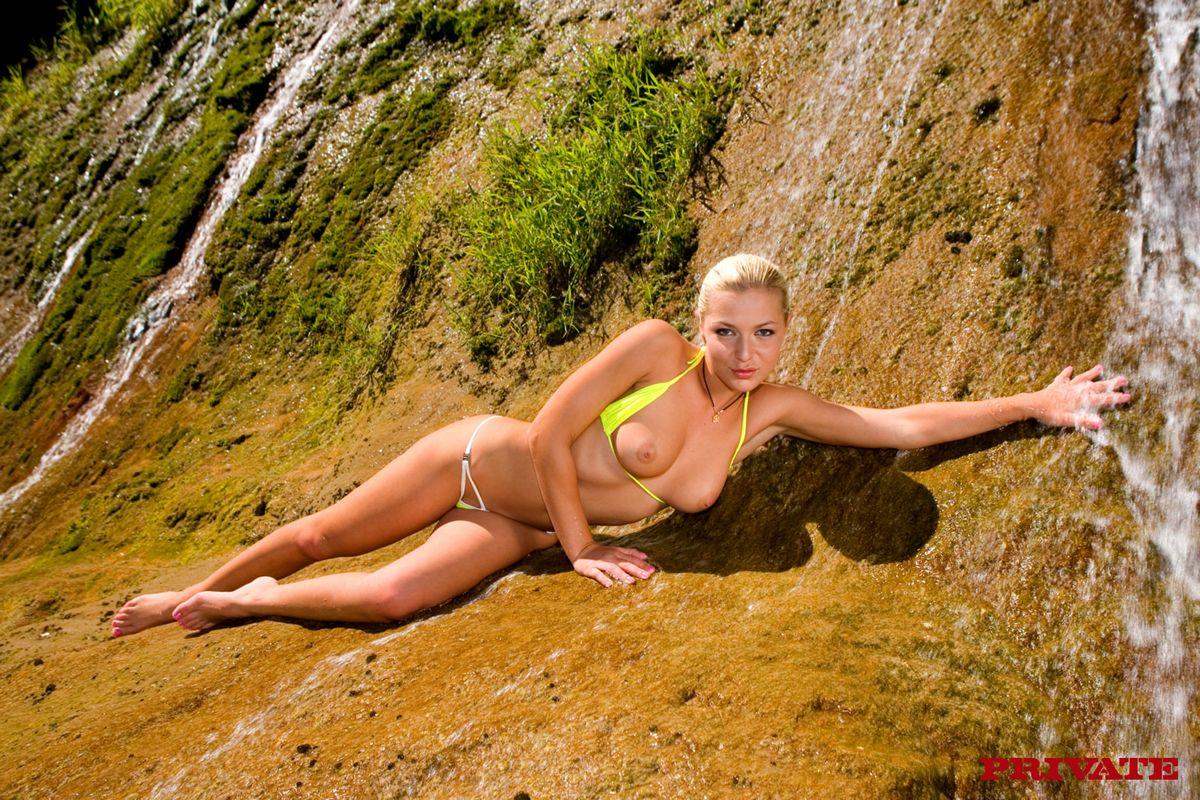 Горячая европейка в трусиках Jennifer Love ебется с 2-мя парнишками под солнцем