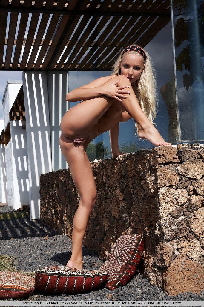 Голая блондинка Veronika Symon показывает свои длинные ноги, узкий анал и выбритую писю в укромном месте