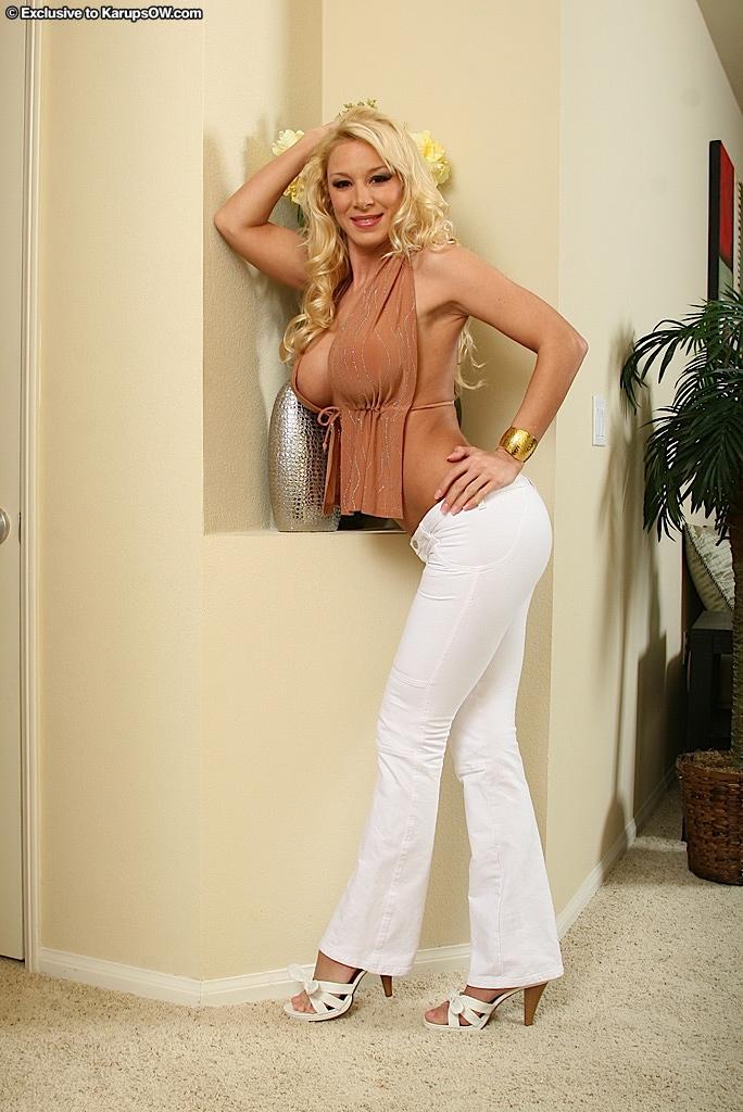 Грудастая мамочка-блондинка Naomi Knight после позирования топлесс трахает руками свою проколотую вагину