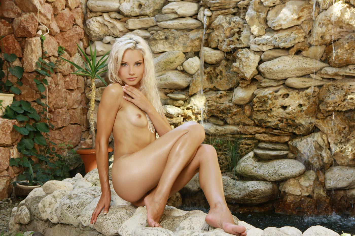 Невероятная блондиночка Tessa E делает селфи обнаженной
