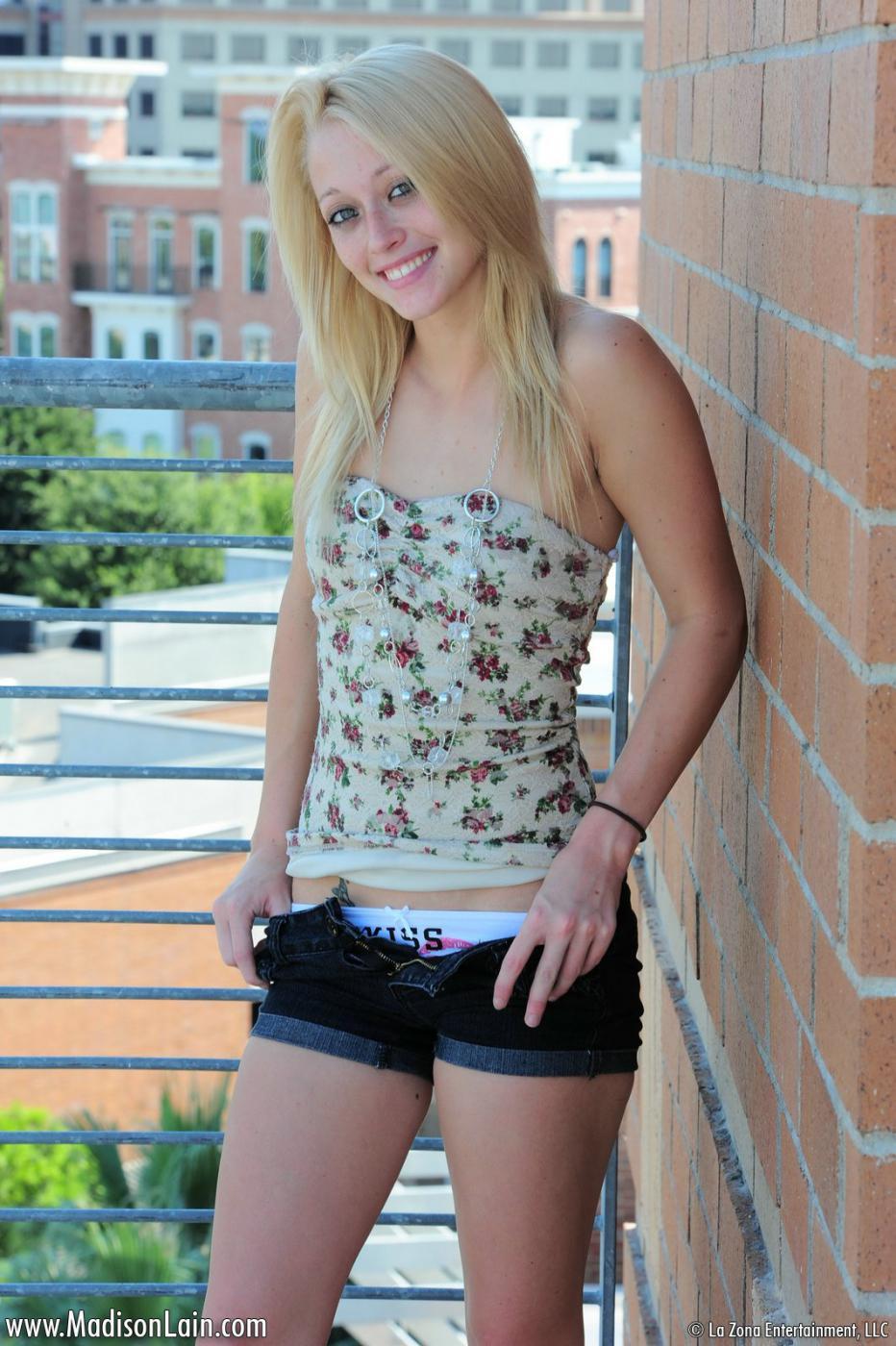 Игривая блондинка Madison Lain развратно показывает свои мелкие сиськи в общественных местах