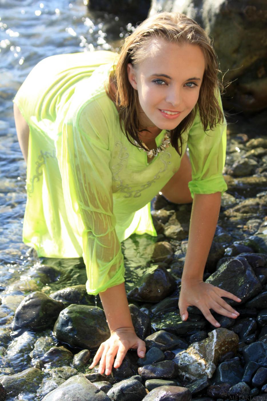 Элегантная блондинка Rachel Blau снимает лифчик у океана
