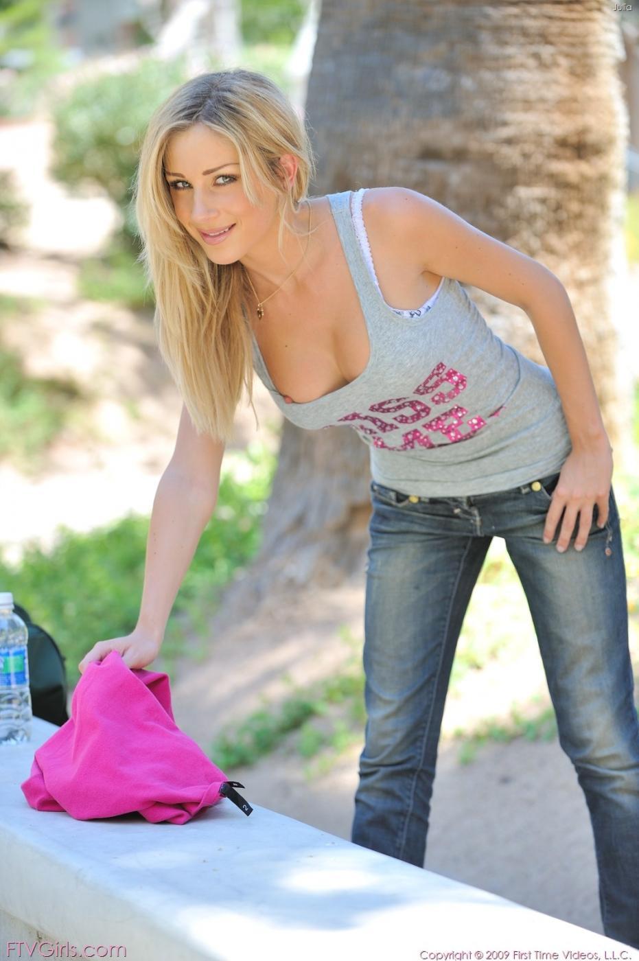 Идеальная светловолосая девушка в джинсах с округлой грудью Джулия Краун гуляет без трусиков в людном месте