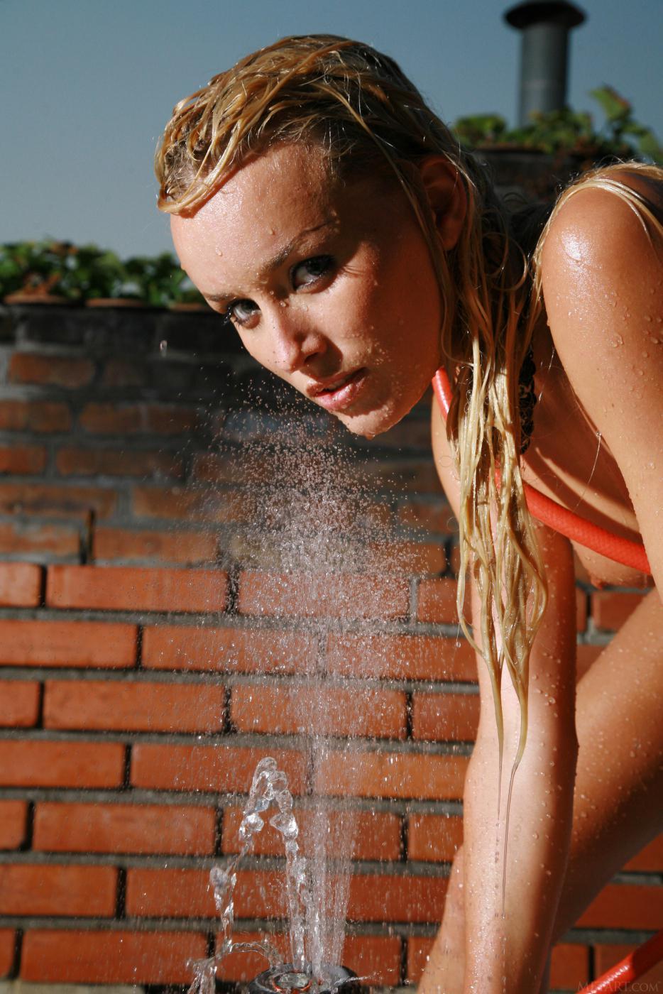 Нереально страстная светловолосая девушка Liza B вся покрыта водой и сверкает в лесу