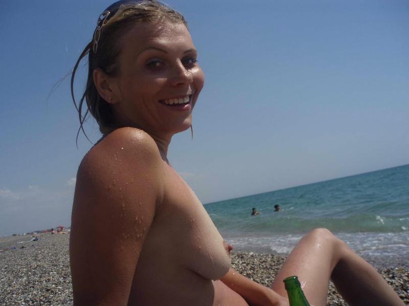 Студентка оголила сокровенное у моря