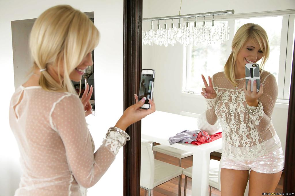 Чувственная блондинка перед зеркалом фотографирует обнаженная грудь