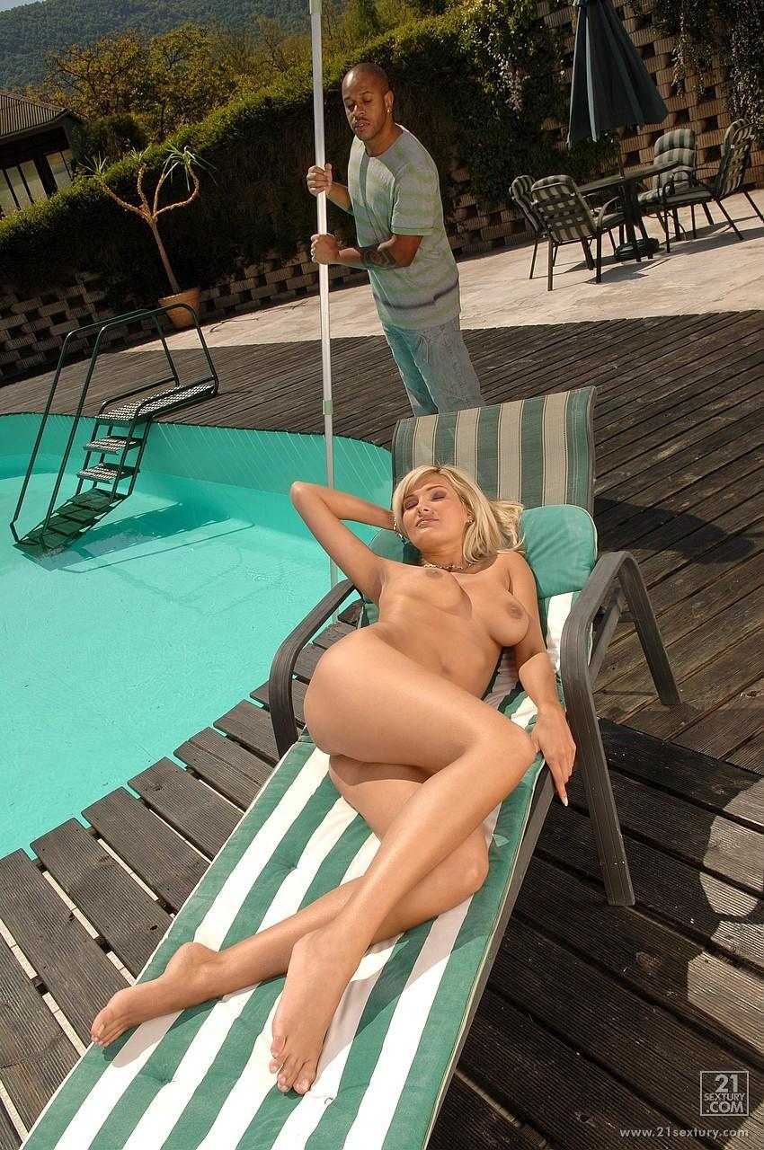 Потрясающая светловолосая девушка Emanuel Tilly с роскошным торсом загорает