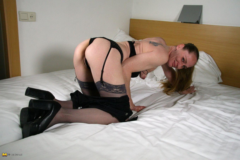 Домохозяйка из Голландии развлекает себя в кровати