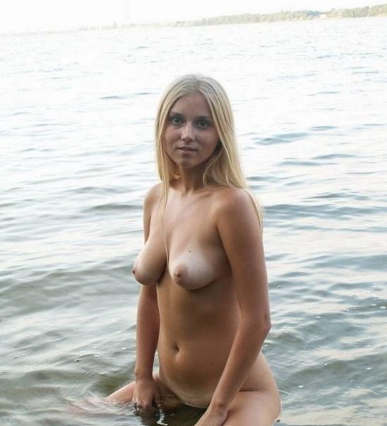 Ева делает селфи на речке