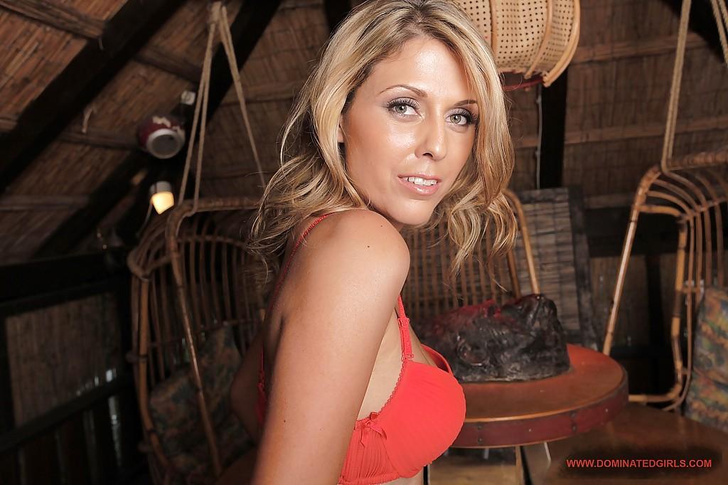 Классная блондиночка в сарае сняла всю одежду