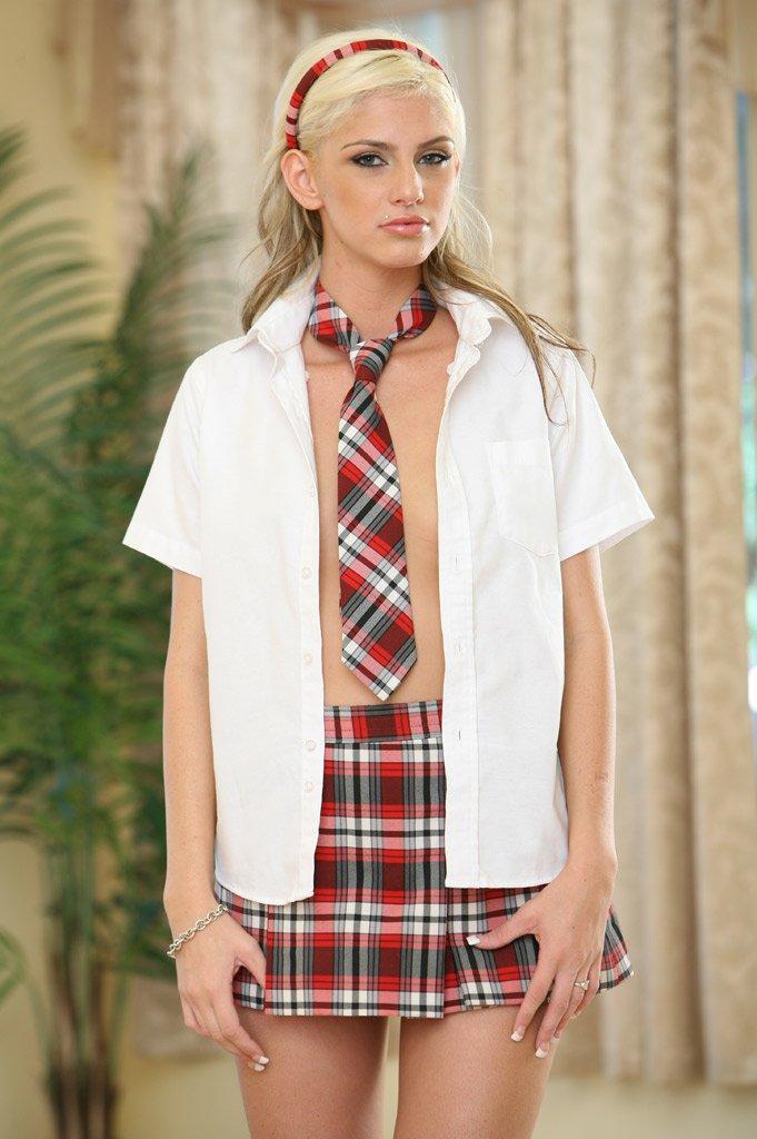 Студентка-блондинка в униформе Christine Alexis с малюсенькими грудками дала упаковать свою свежую пизду