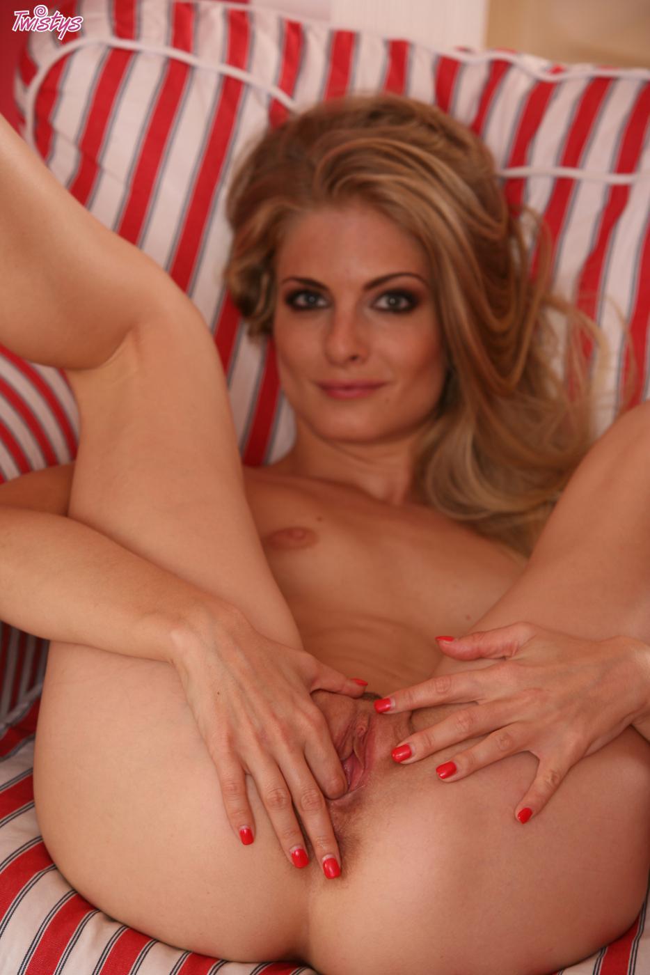 Светлая порноактриса Cayenne Klein порет игрушкой дырку писи