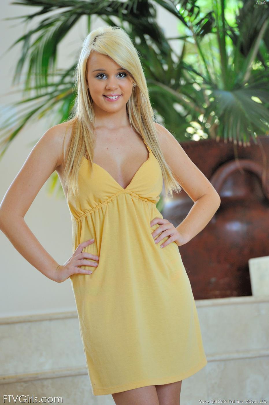 Игривая блондинка Alexis Adams улыбается перед камерой, показывая голую грудь
