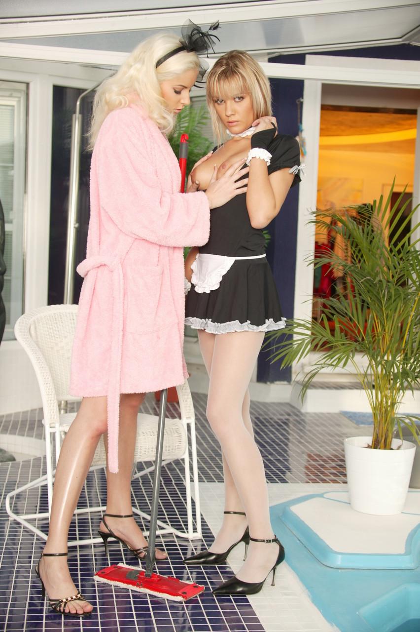 Сексуальная блондинка домработница в вырезами светлые колготки лизать роговой пизду работодателя