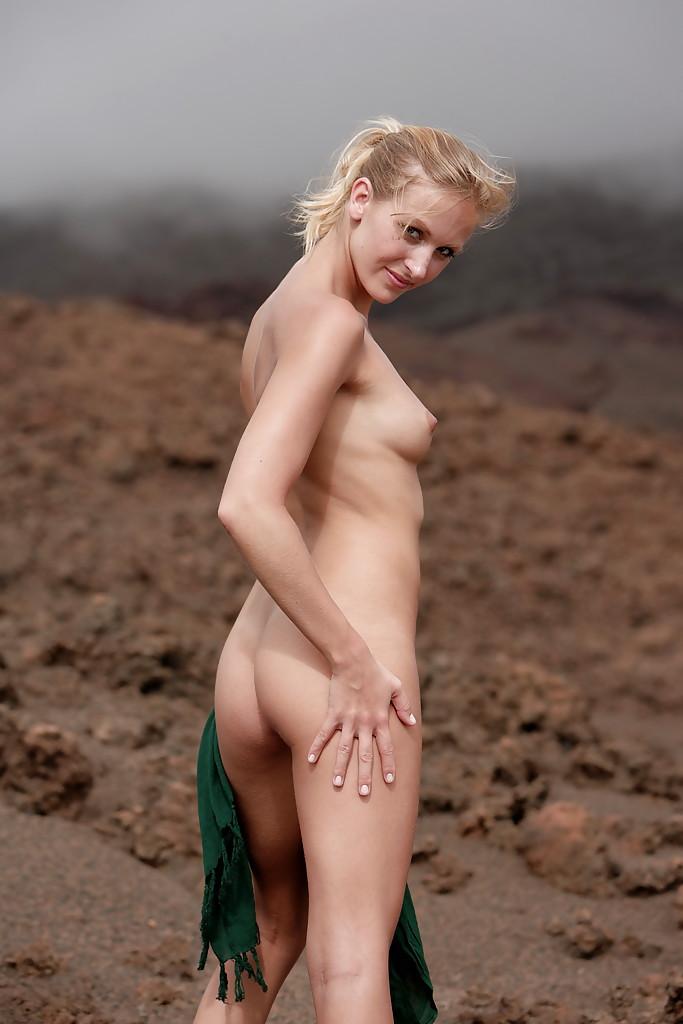 Ухоженная блондиночка разлеглась без стрингов на мокром песке