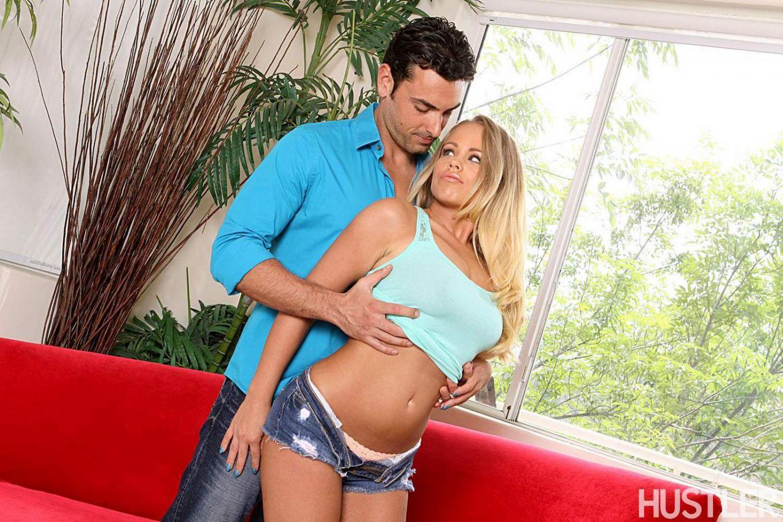 Сексуальная блондинка Britney Young роскошно трет пилотку перед глазами своего возбужденного мужа