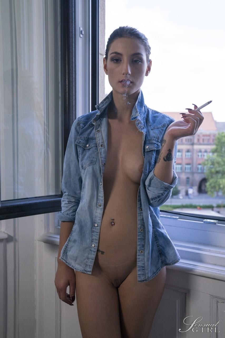 Светлая порноактриса Соло супермодель Майя давка хочет сигарету после снятия одежды